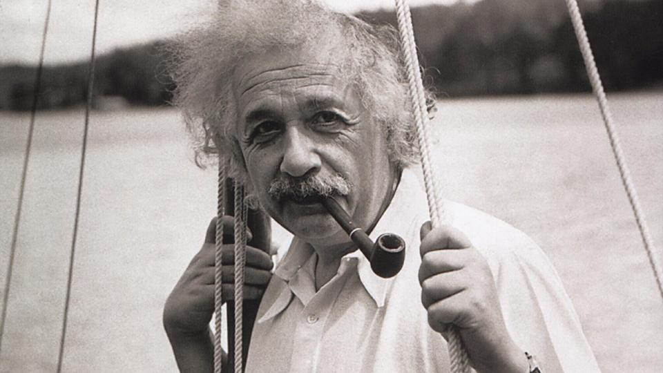 Albert Einstein privat auf seinem Segelboot