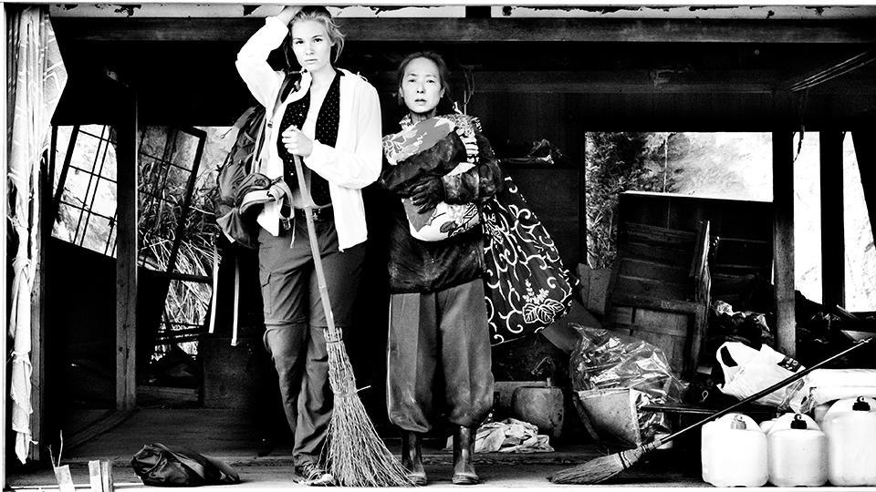 GRÜSSE AUS FUKUSHIMA von Doris Dörrie: Marie, Rosalie Thomass, hilft Satomi, Kaori Momoi, ihr zerstörtes Haus in der Sperrzone bewohnbar zu machen.